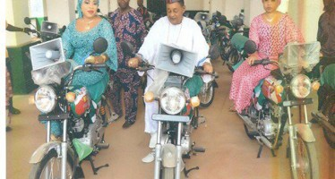 Alaafin Donates Okada to APC, Poses With Wives
