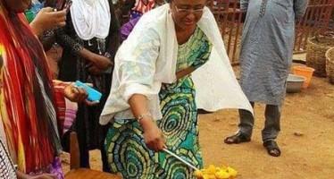 Photo of Buhari's Wife Frying Akara By the Roadside Goes Viral