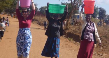 (PHOTO) BILL GATES' WIFE HELPS MALAWIAN WOMEN WITH CHORES
