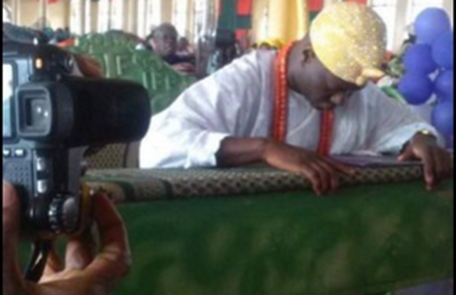 OrijoReporter.com Ooni kneels down in church