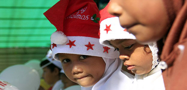 OrijoReporter.com, banning Muslims from wearing Santa hats